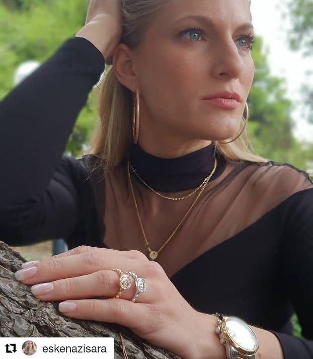 H Σάρα Εσκενάζυ Με Ολοκαίνουρια Κοσμήματα GUESS