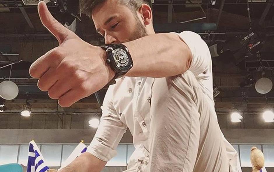 O Παναγιώτης Ραφαηλίδης Φορώντας Chronostar Ρολόι